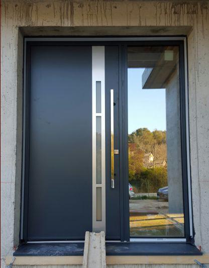 Porte d'entrée avec barre de tirage.