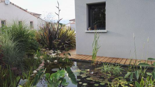 Terrasse bois - coursive le long du bassin