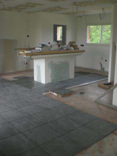 Carrelage en cours dans la cuisine carreaux 45 45 gris le 09 juin
