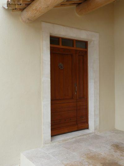 Le 5 juin. La très belle porte d'entrée, une de celle que le menuisier de BDP à l'habitude de fabriquer, est posée.