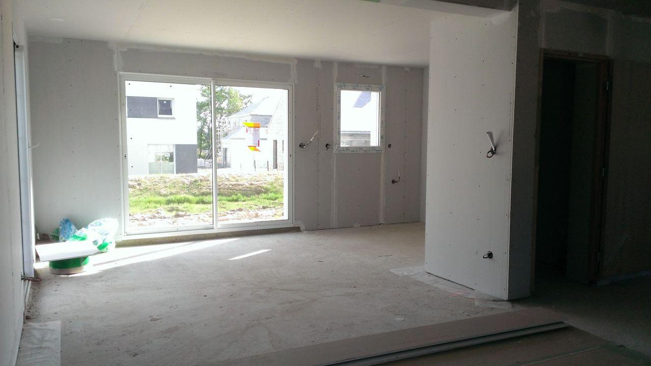 Salon-salle à manger, au fond à droite la cuisine