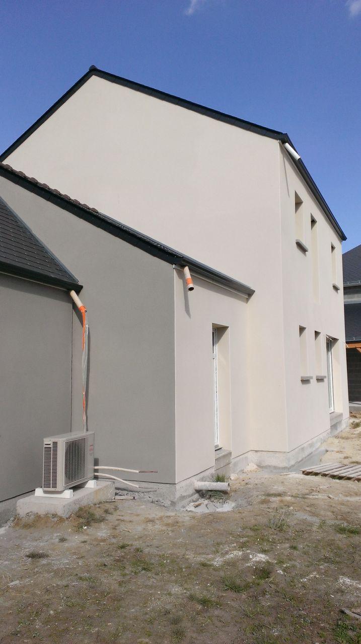 Le mur du garage qui donne chez les voisins a été fait de la même couleur que leur enduit de garage.