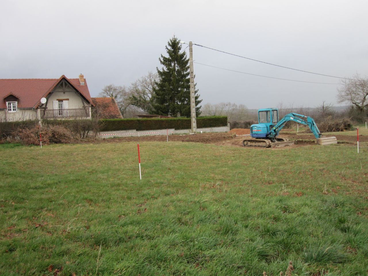 Terrassement de l'entrée du terrain et implantation de la maison