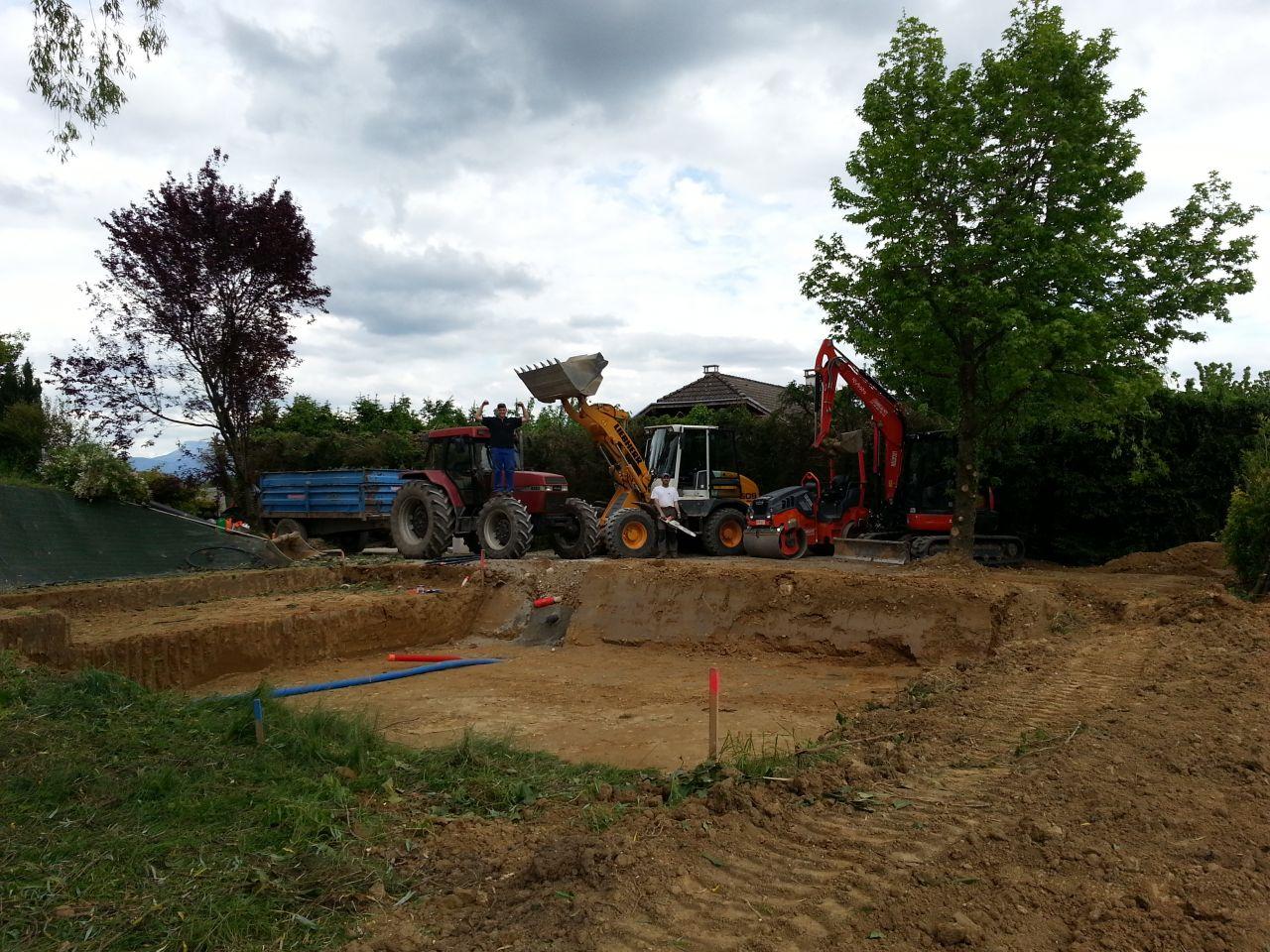 fin du terrassement de la maison avec le matériel et les travailleurs!