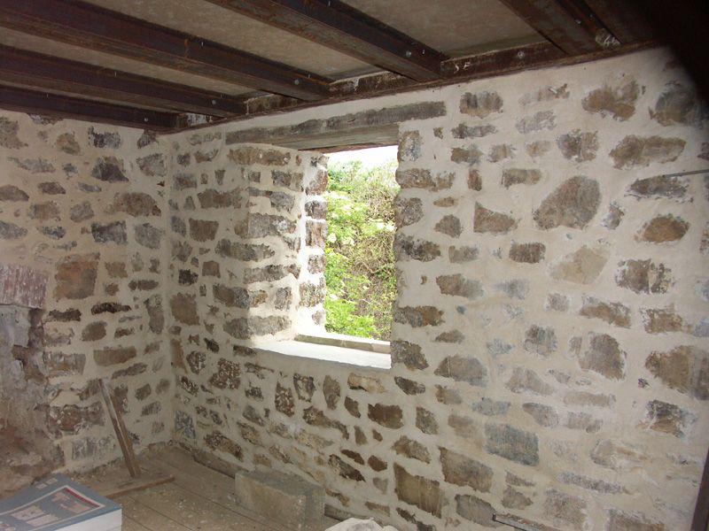 La fenêtre est du 1er étage remise à neuf : changement du linteau intérieur et rejointoyage.