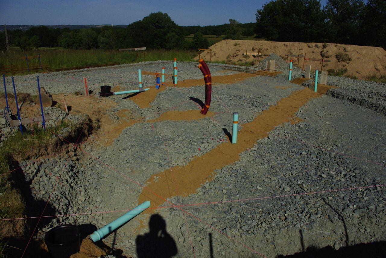 Creusement des bèches <br /> Installation des évacuations et alimentations <br /> Installation du ferraillage