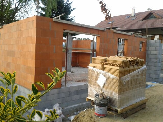 Les murs du rez de chaussée sont terminé. La dalle bientot prete à couler.
