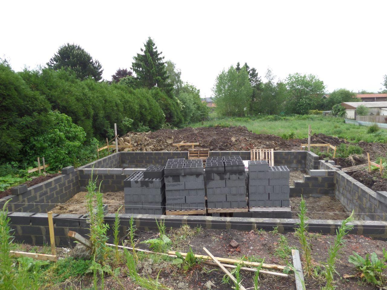 Vue d'ensemble des fondations en face de la maison