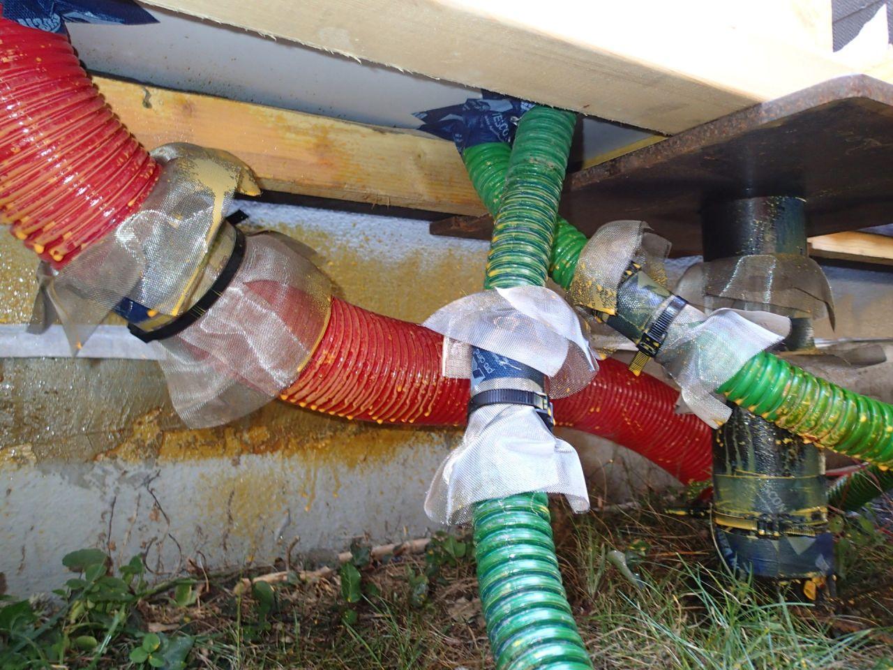 Arrivée du fourreau électrique, téléphone, et sonde techno pieux vu d'en dessous, avec les barrières anti-termites