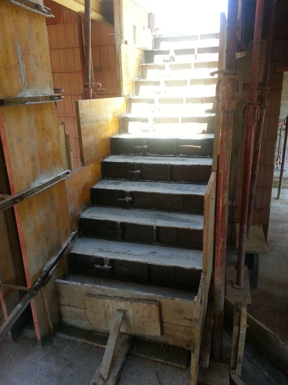 Coffrage escalier béton coulé