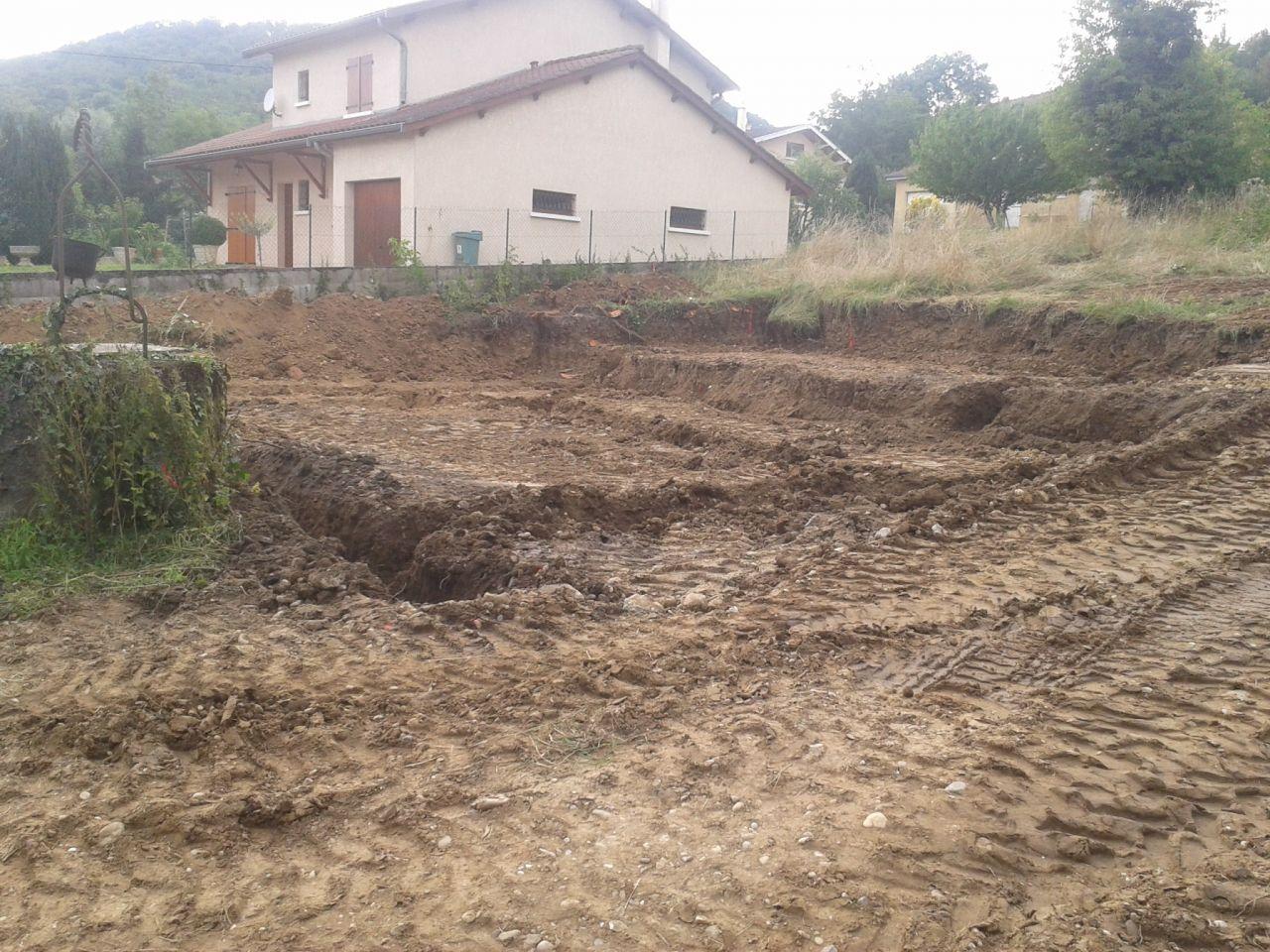 les fondations ont été creusées . Le garage (sur la droite) est un peu plus haut que le RDC de la maison !  <br /> A gauche le puits existant que l'on a conservé !
