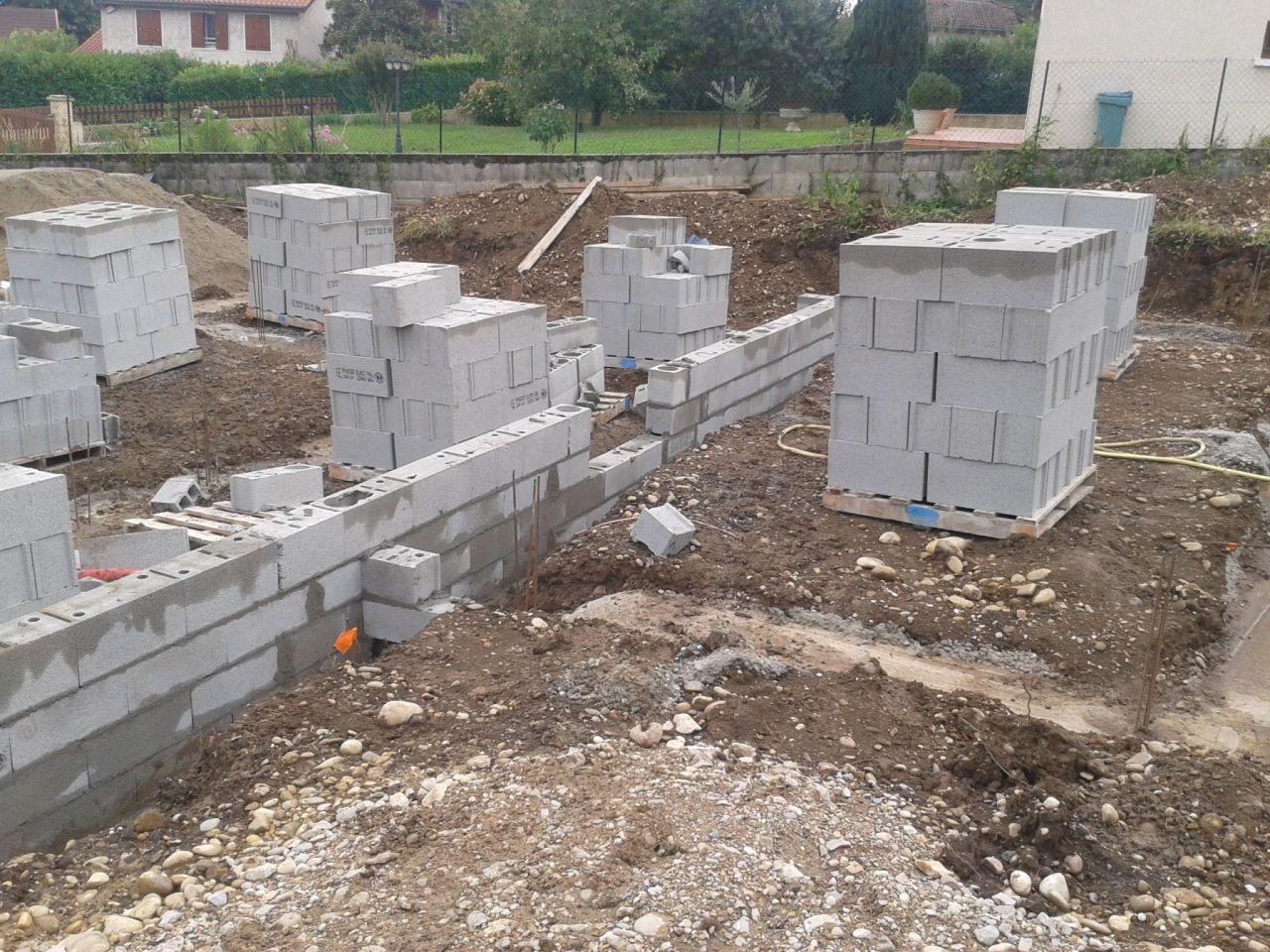 Les forte pluie du weekend ont emboué les fondations !(entrée du future garage)