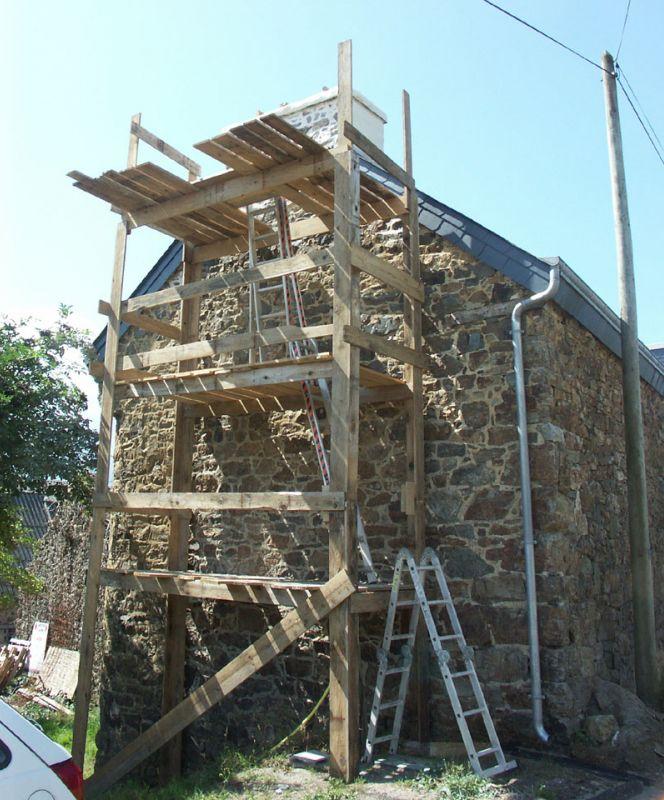 Un échafaudage fait maison (bois de coffrage) pour travailler sur la cheminée.