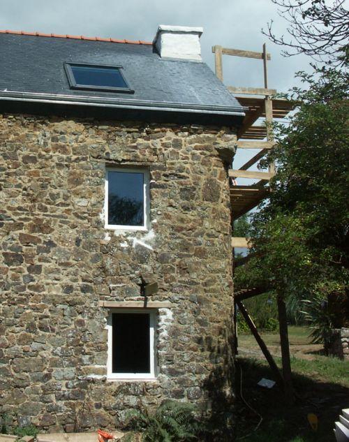 Nouvelles fenêtres, échafaudage de côté et traces blanches sur les ardoises.