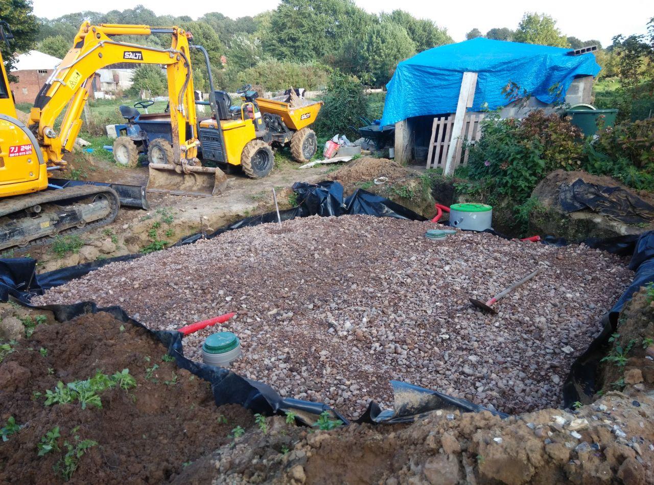 la deuxieme rangée de drains et les cailloux sont enfin posés!