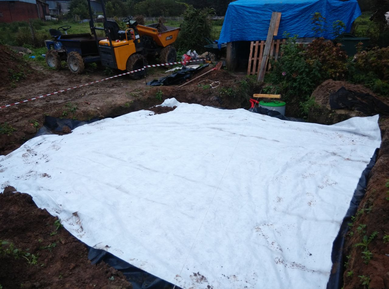 Le geo textile vient recouvrir l'ensemble du lit filtrant, il ne reste plus qu'a remettre la terre !