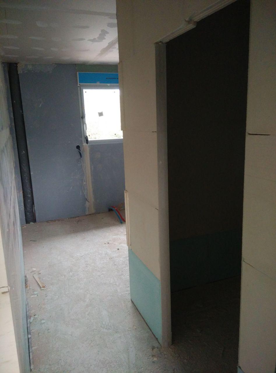 entrée de la suite parentale, sur la droite, l'entrée du dressing integré à la chambre