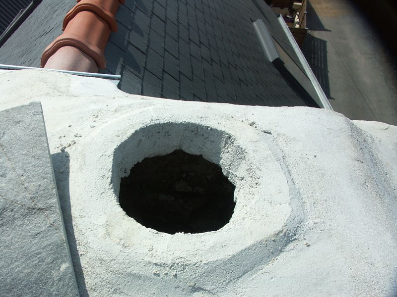 Le trou du tuyau du poêle. A gauche la lauze bouchant le trou provisoirement.