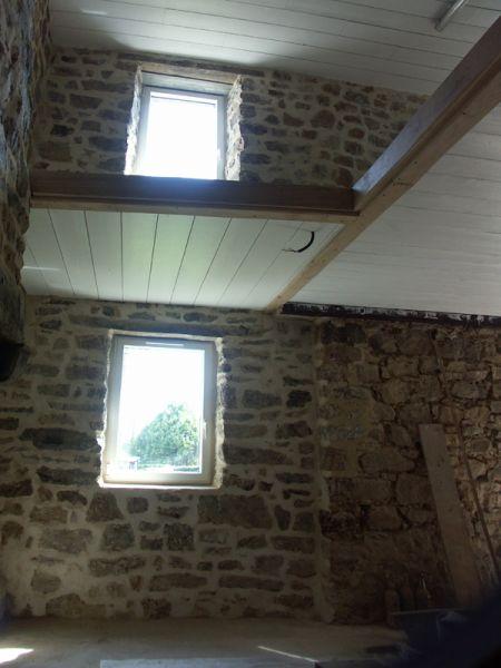 La mezzanine assure un éclairage bien plus abondant au rez-de-chaussée via la fenêtre du 1er.
