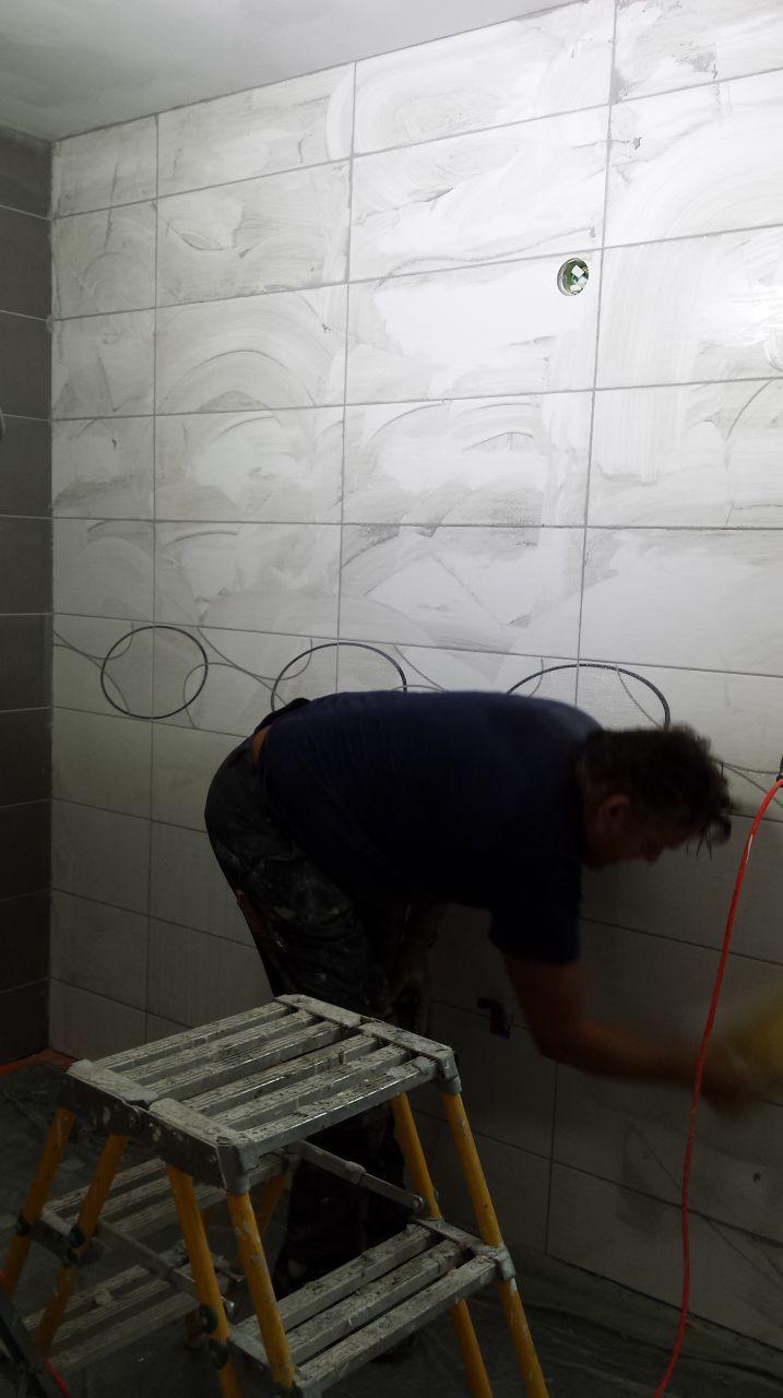 Chape liquide rassemblement habillage fa ence salle de for Nettoyage joint carrelage salle de bain