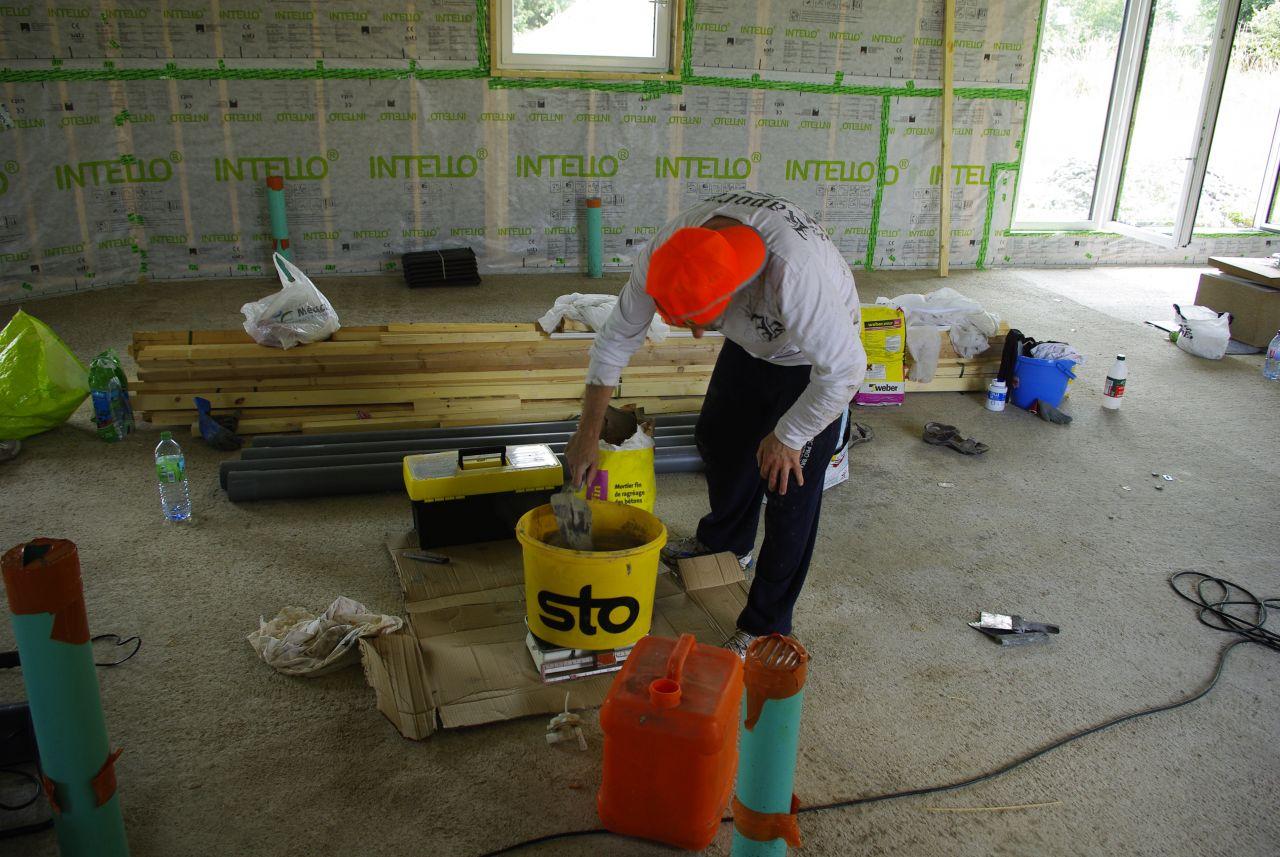 Préparation du mélange ciment/colle pour poser l'isolation sur le pourtour de la dalle. Polystyrène de 10cm d'épais
