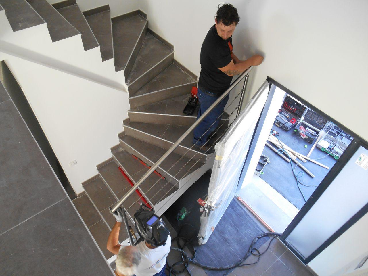 Fin de la peinture enflure de la facture de verre et d for Escalier dans le vide