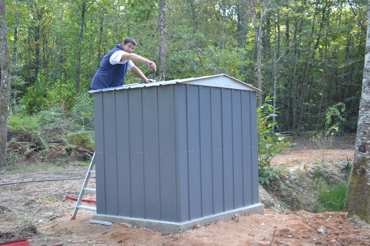 montage du cabanon pour mettre la pompe de la marre pour l'eau pour la construction