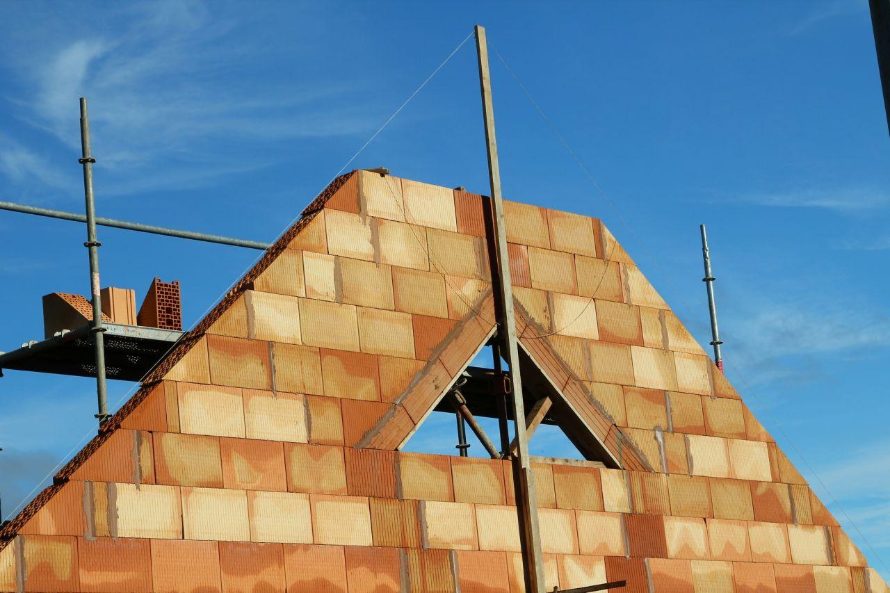 Fenêtre triangulaire sur le pignon sud