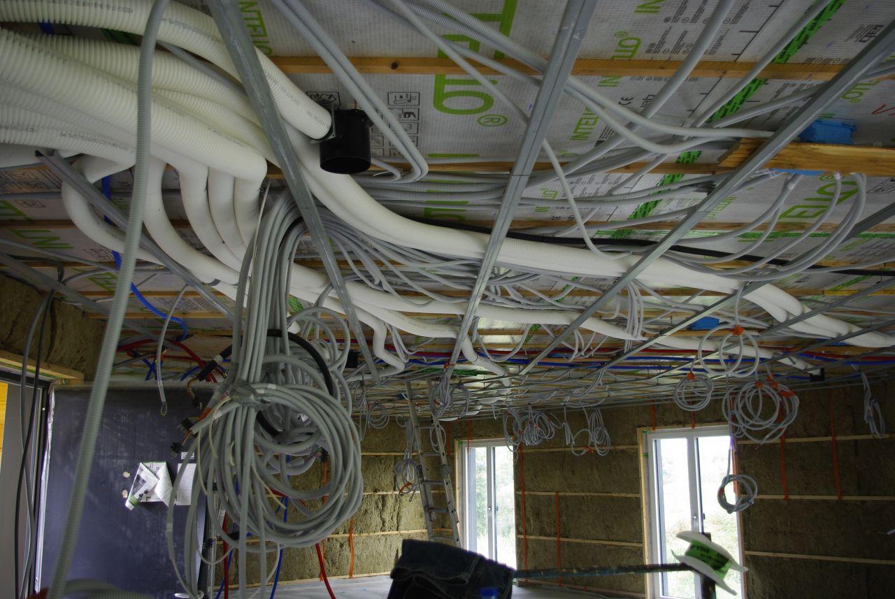 Pose des pieuvres électriques, des tuyaux PER et des conduits de ventillation