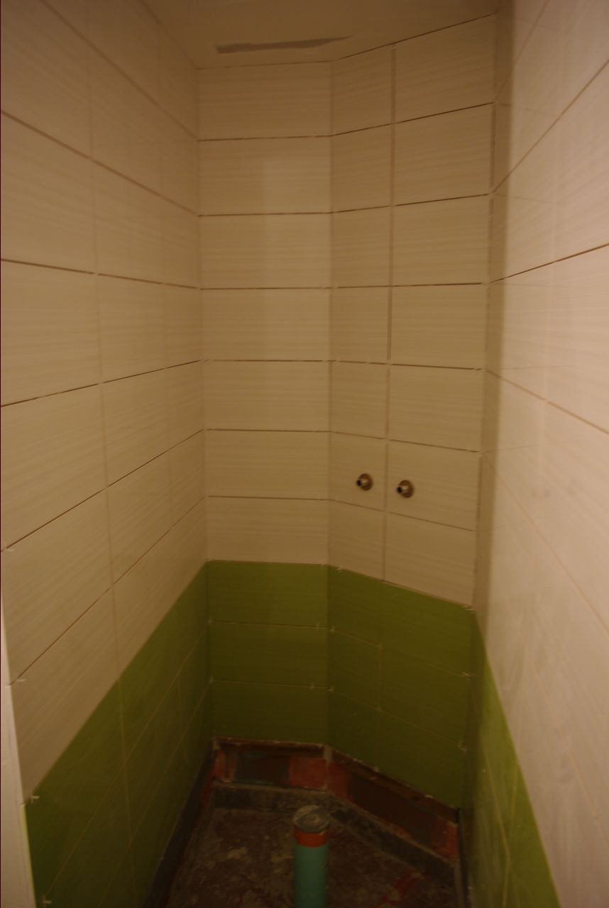 Installation de la faïence de la salle de bain.