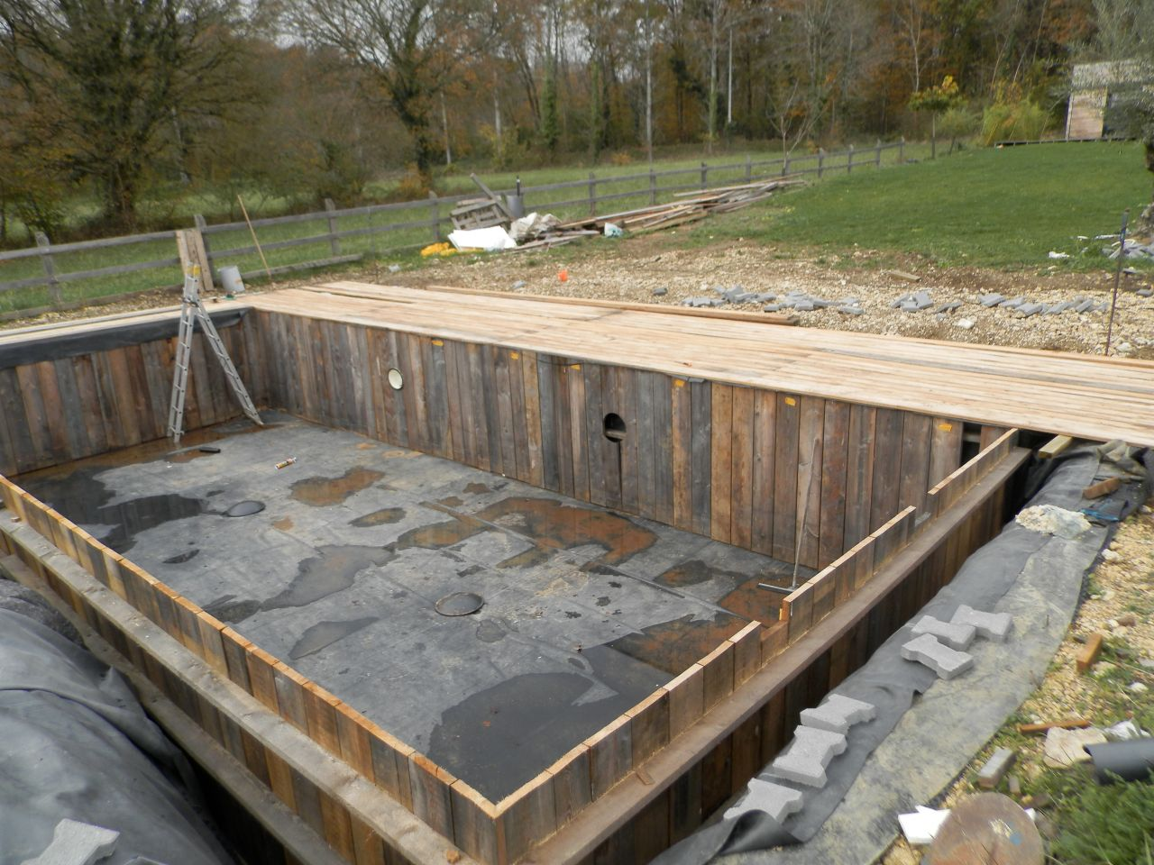 Piscine naturelle poele a pellets garat charente for Construction d une piscine prix