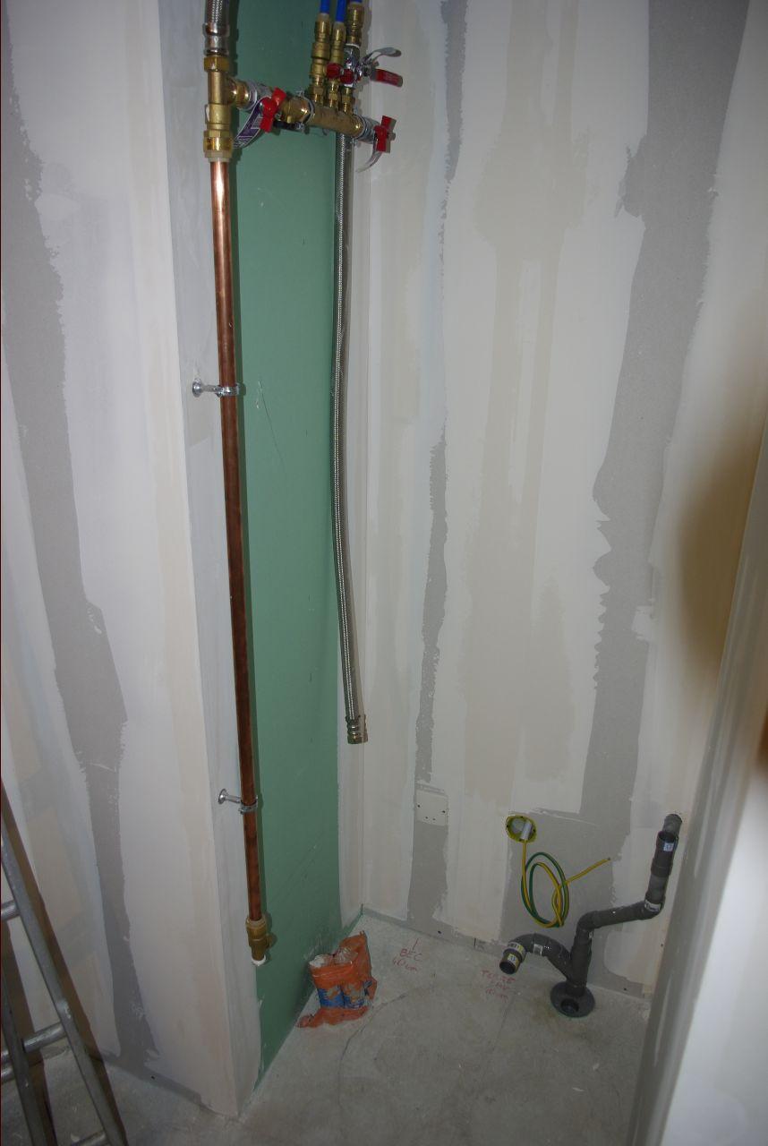 Installation du conduit en cuivre et de l'évacuation du lavabo