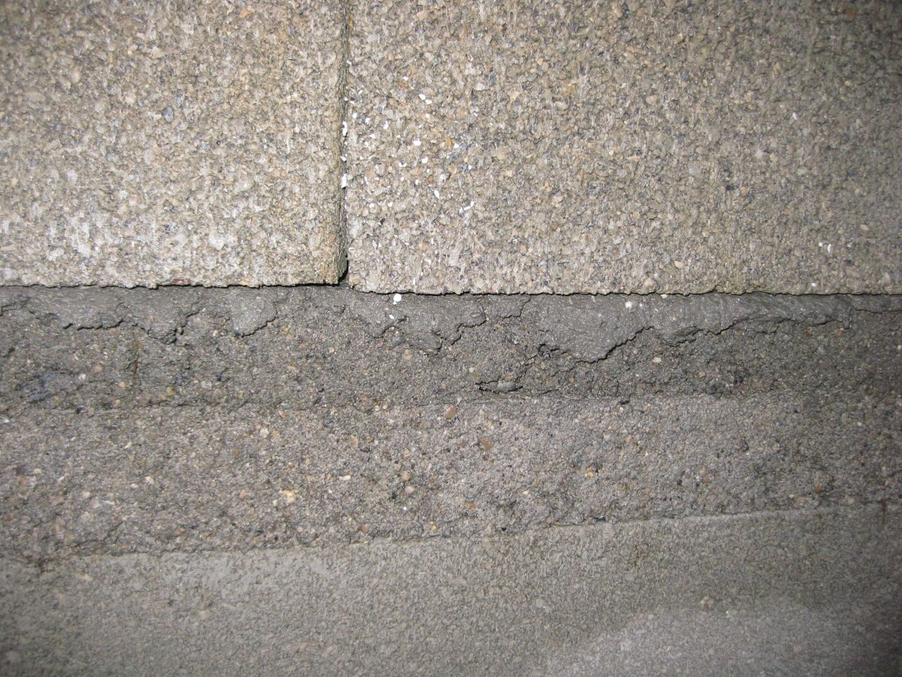 Planelle de rives (16 cm de hauteur) sur deux arases d'env. 8-10.5 cm de hauteur. Le bord supérieur de l'arase supérieure est complètement écrasé car celle-ci n'était pas encore assez dure.