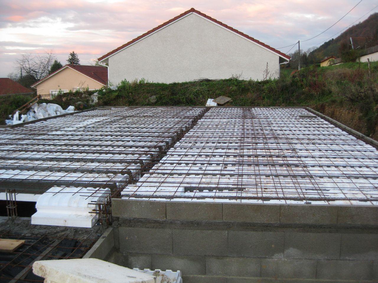 Le plancher est posé, les réservations pour les tuyaux d'évacuation ne sont pas encore réalisées.