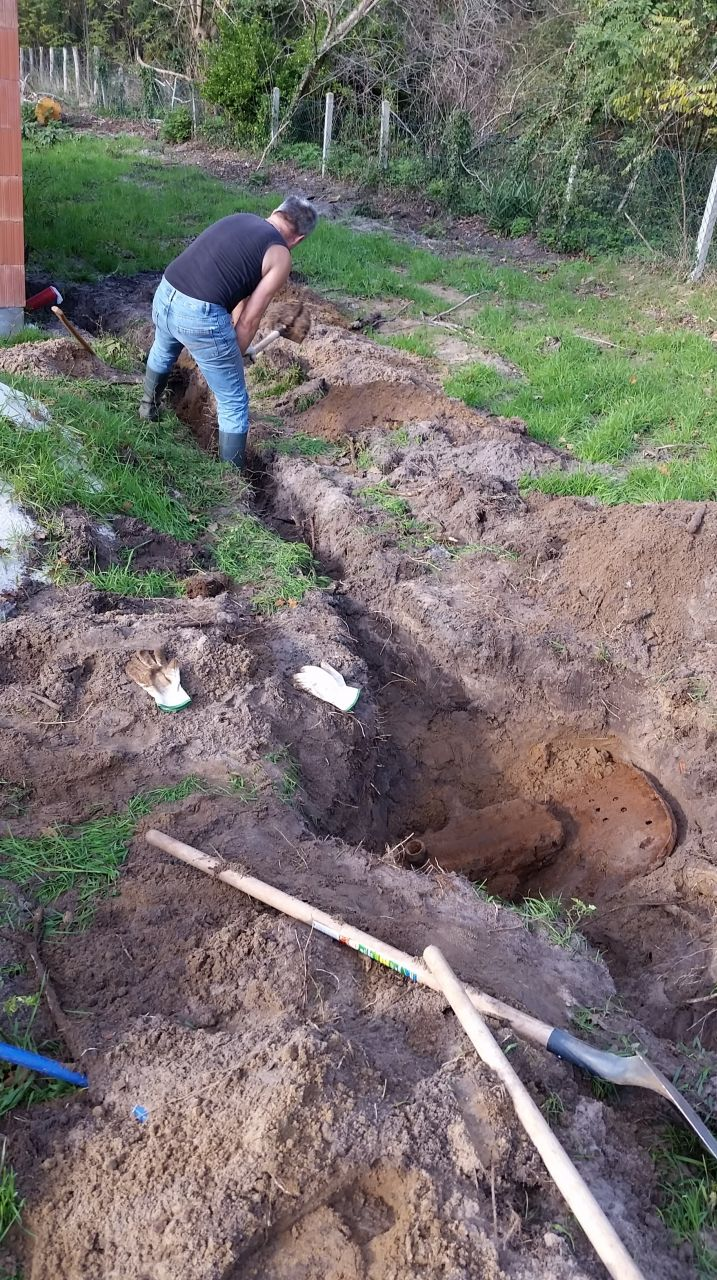 Raccordement en eau. Surprise en creusant !!! Un vieux tracteur enfoui