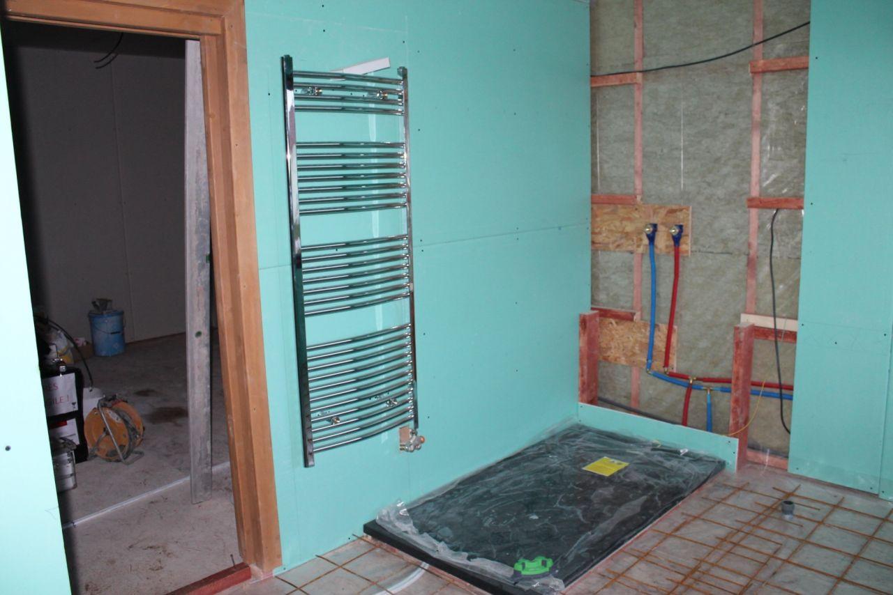 Le sèche serviettes près de la douche