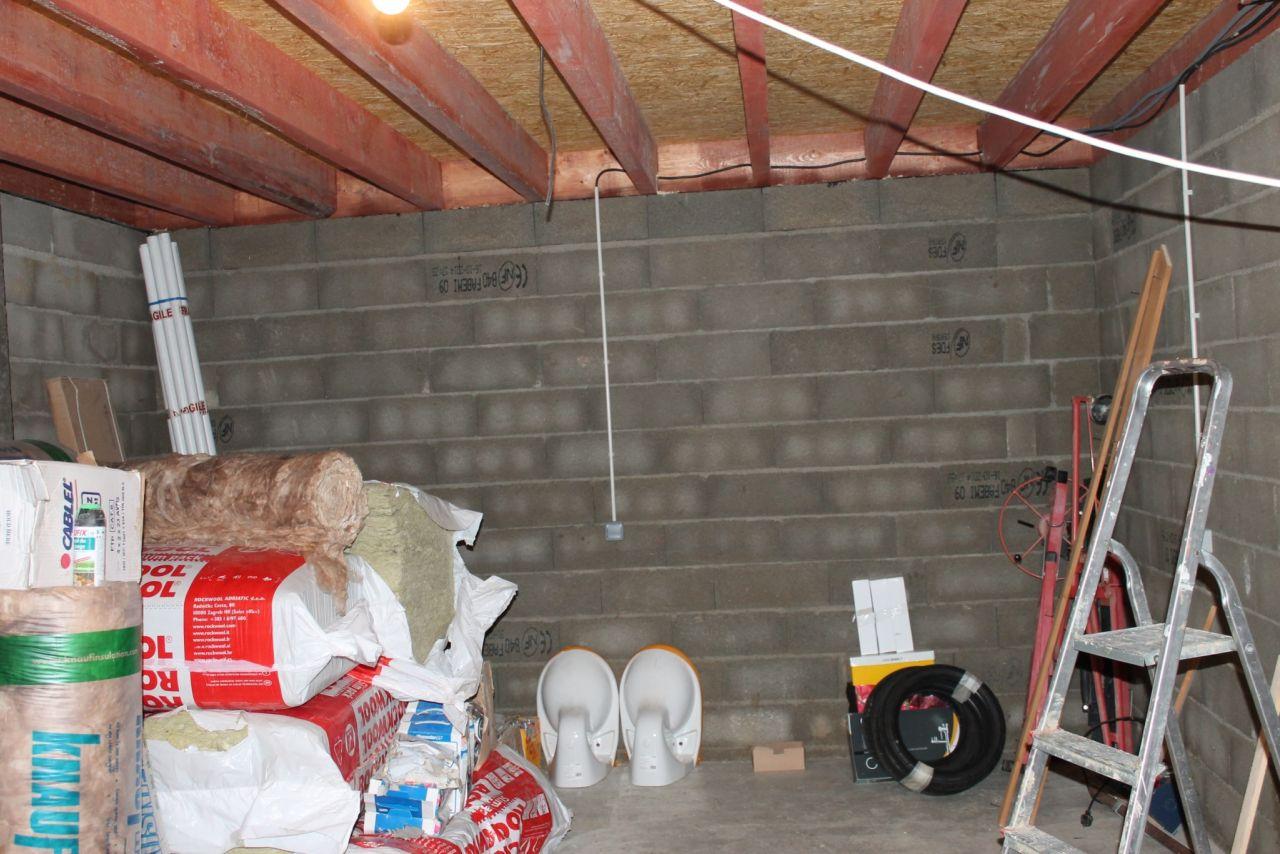 Sous-sol, on voit que j'ai commencé le déménagement (4 boites à chaussure et 3 pneus quand même)