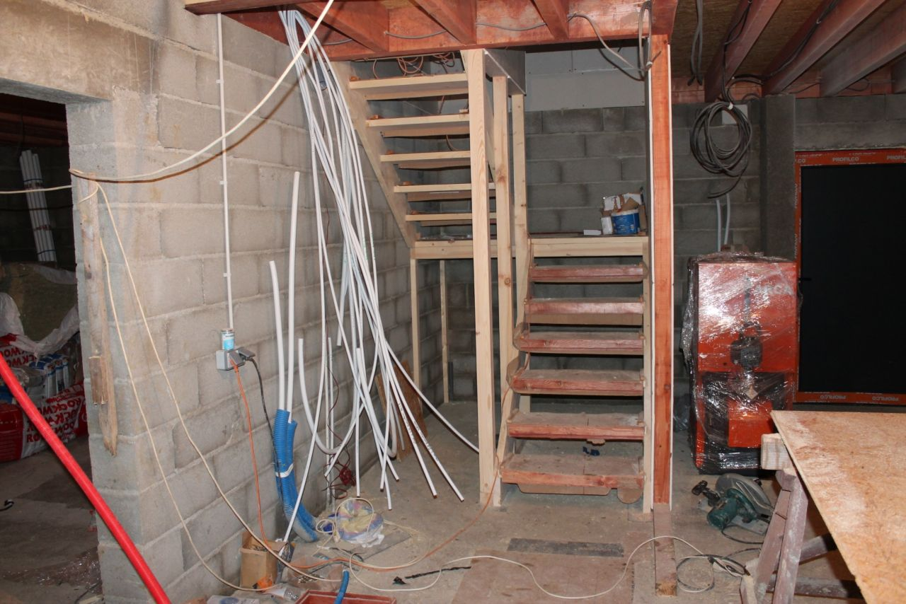 Sous-sol, escalier.