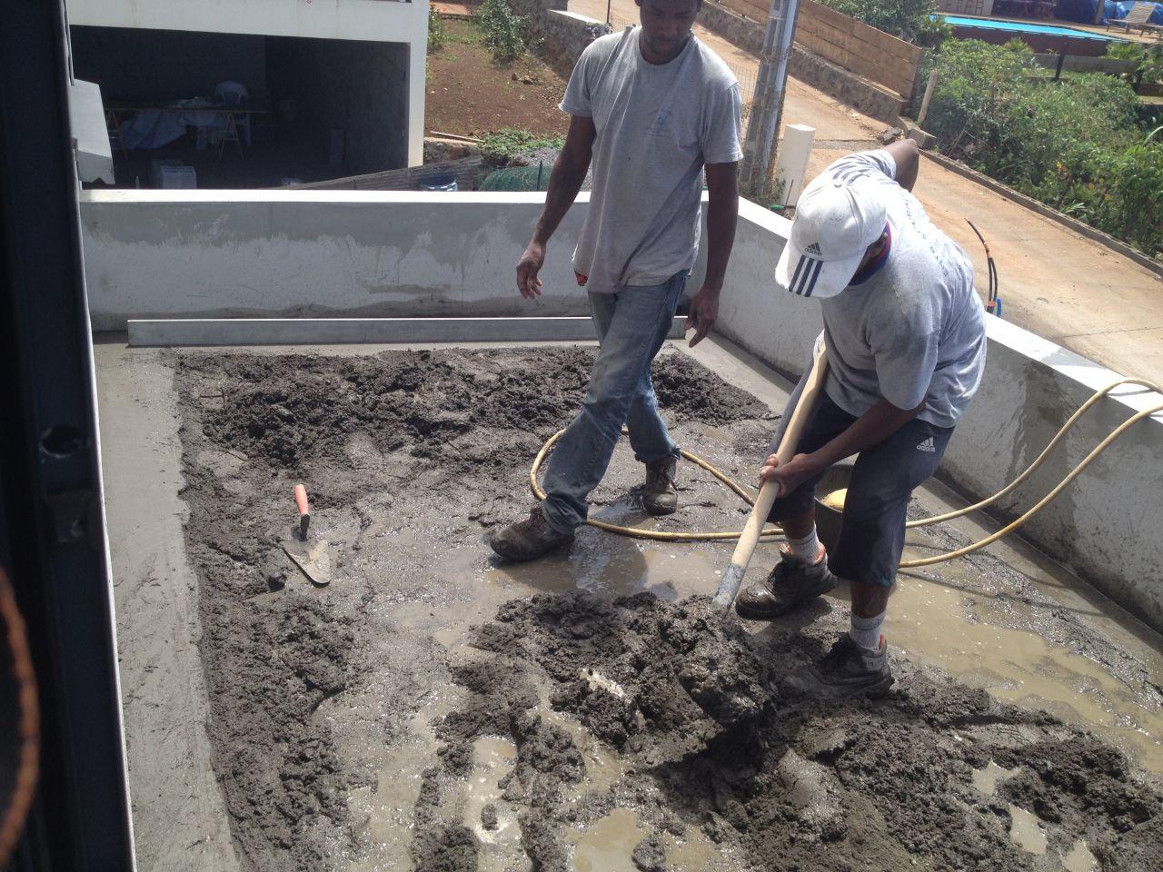 Chape de la terrasse du R 1, une de 2% afin de permettre l'écoulement des eaux de pluie