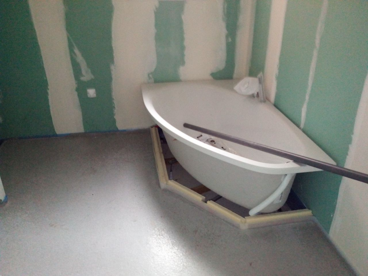 chappe liquide coulée dans la salle de bain
