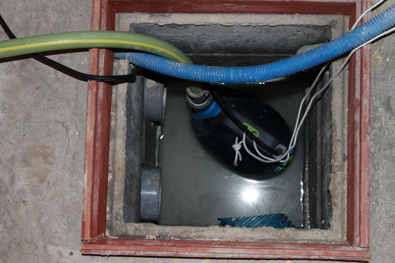 Pompe immergée pour la source.