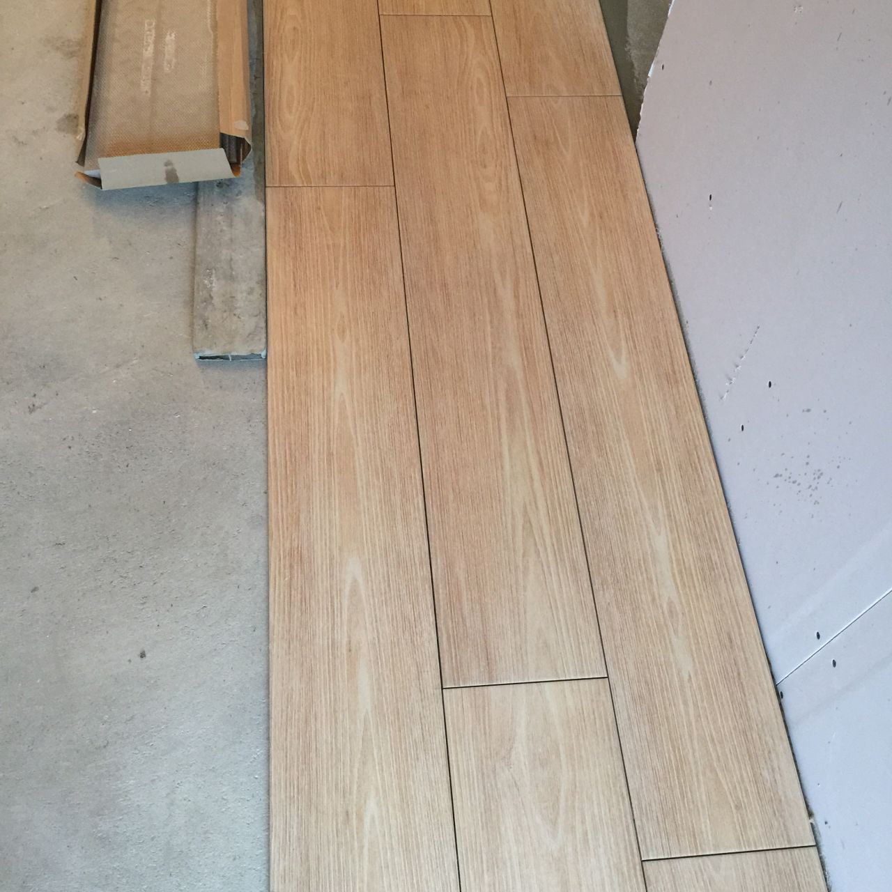 D marrage pose du carrelage avancement cloisons for Pose carrelage imitation parquet