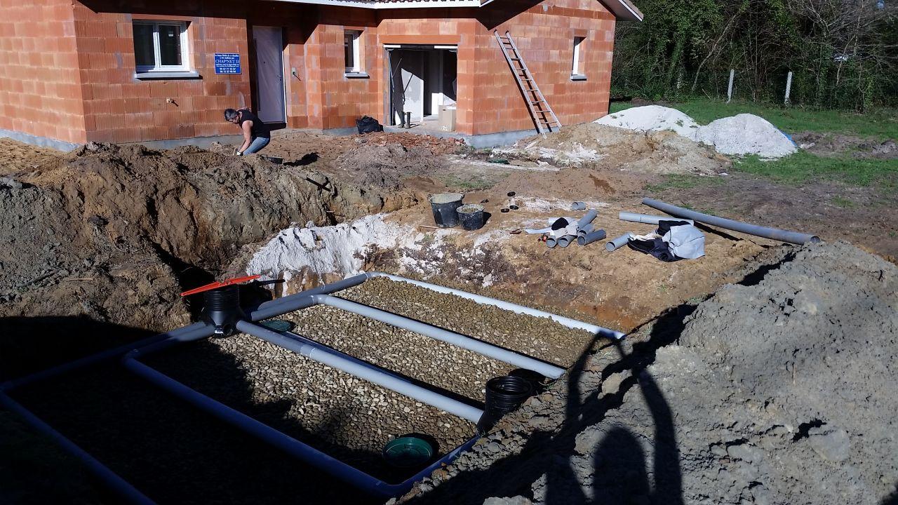 par dessus les gravillons, installation des tuyaux de drainages