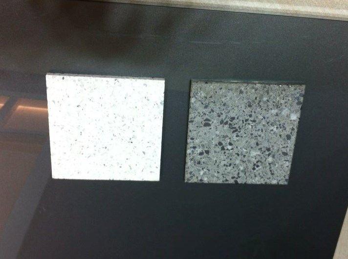 Façade de la cuisine et couleur du plan de travail (le gris foncé)