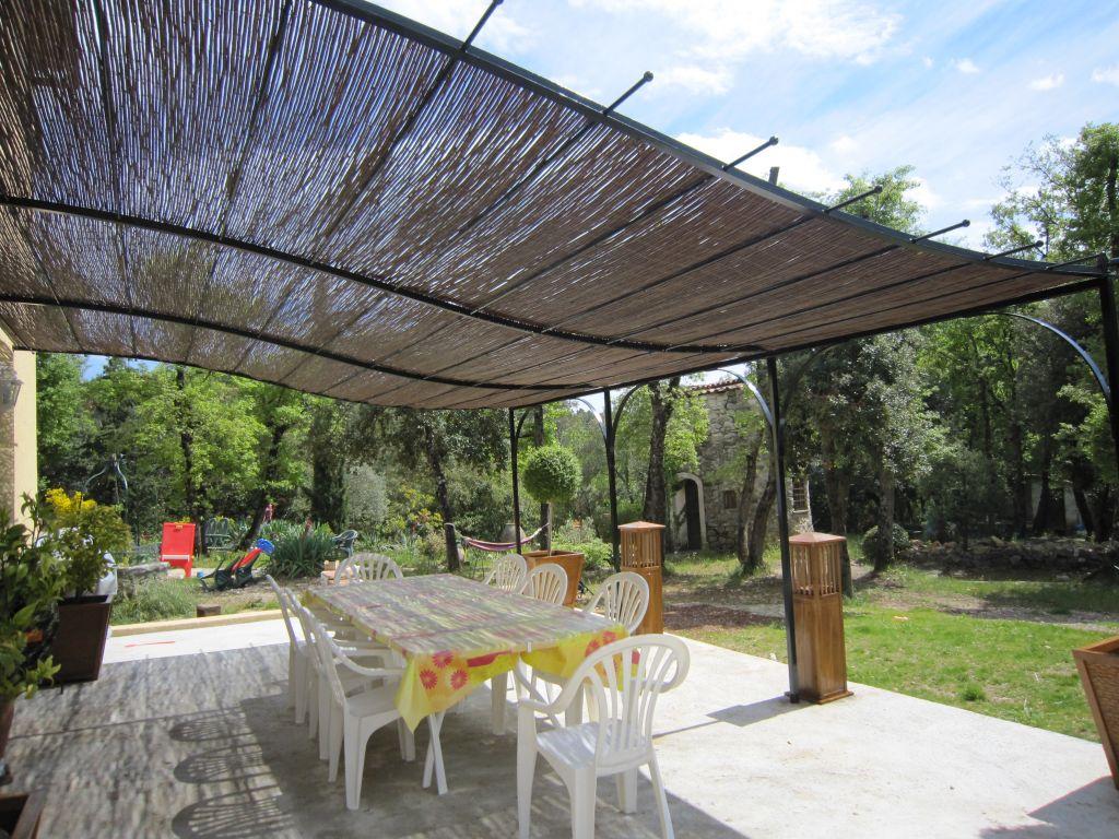 10 id es pour ombrager votre terrasse jardins et exterieurs. Black Bedroom Furniture Sets. Home Design Ideas