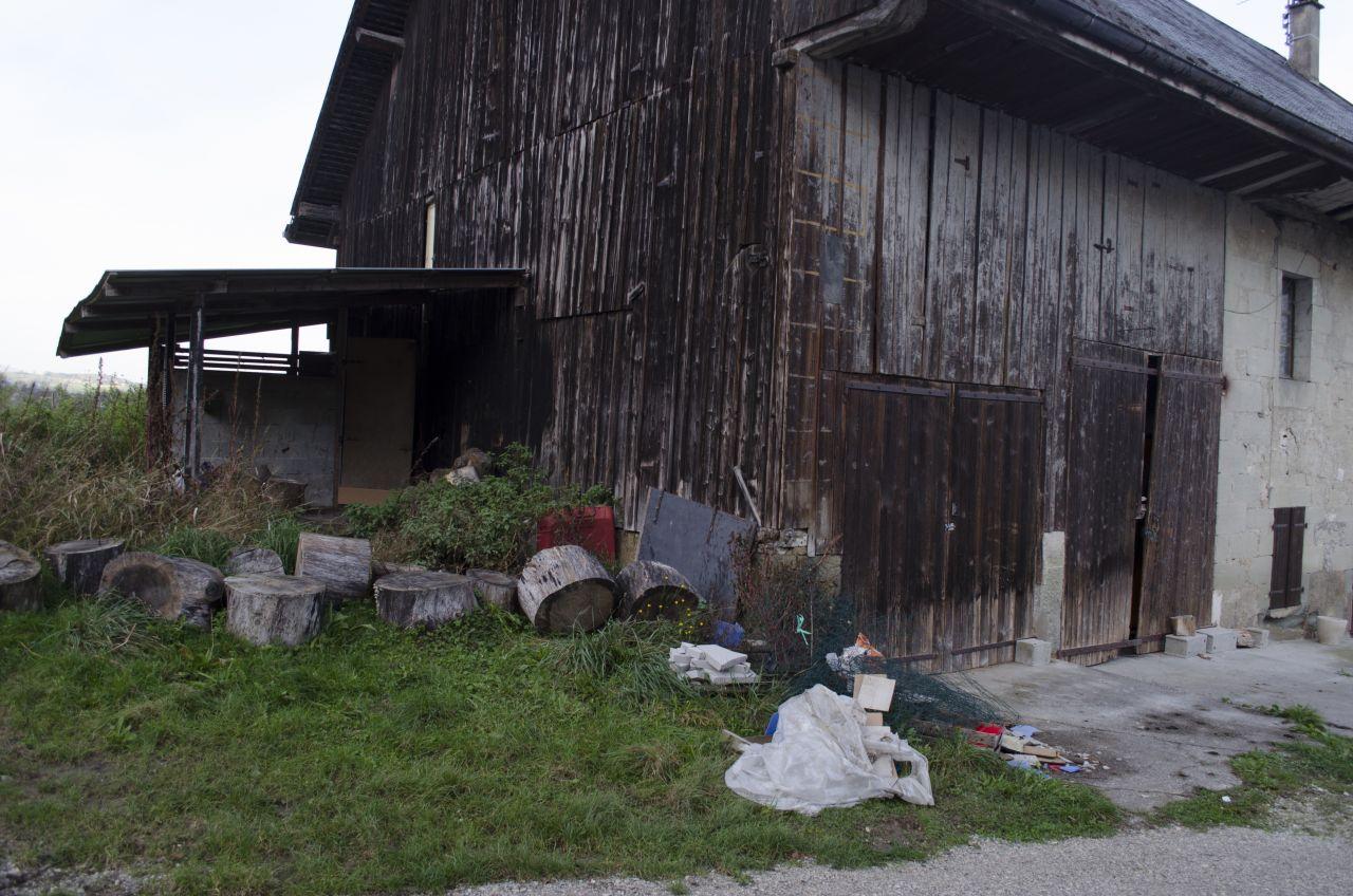 """De l'autre côté de la maison, la partie """"Garage"""", qui est pour l'instant une ancienne écurie. Si tout va bien, tout le bordel devrait être dégagé pour la remise des clefs."""
