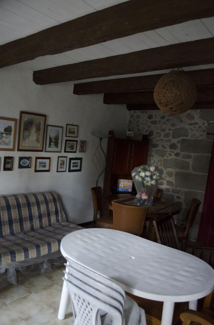 Salon: Voilà la vue quand on rentre. Je trouve le mur en pierre sublime!