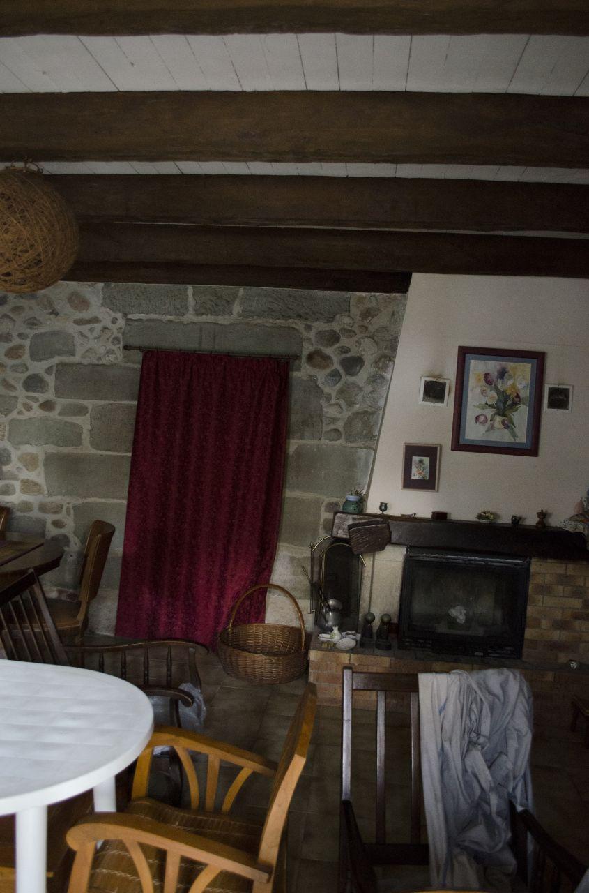Salon: Voilà la vue quand on rentre. Je trouve le mur en pierre sublime! Vous voyez ici notre seul moyen de chauffage, un insert qui ne dessert la chaleur que dans ce salon malheureusement. Pour le chauffage, nous allons prendre une chaudière à granulé.