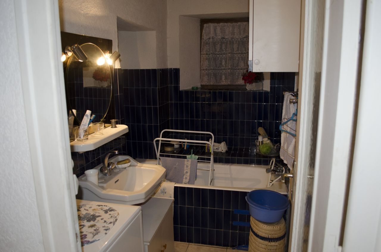 Salle de bain: Voici la minuscule salle de bain qui est collée entre la cuisine (à droite) et la chambre (derrière le mur porteur à gauche) <br /> Pour passer la baignoire, le mur porteur est creusé sur environ 45cm! O_O
