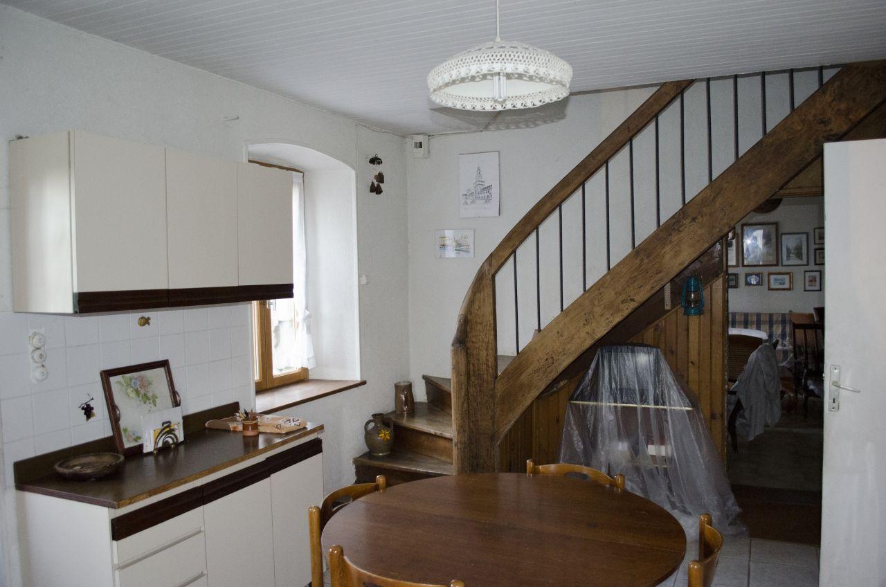 Cuisine: Voici la cuisine, avec l'escalier pour monter au premier étage.